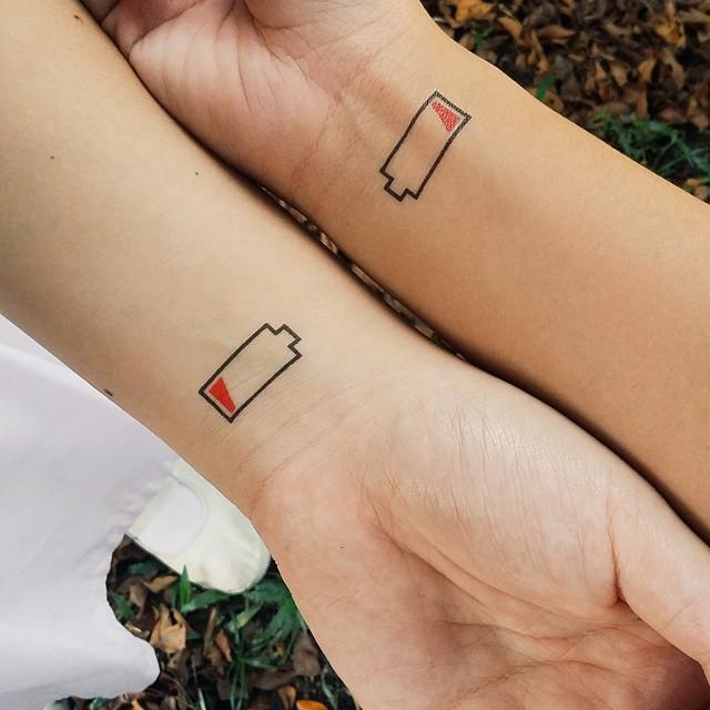 bateria baixa amigos tatuagem amizade tattoo